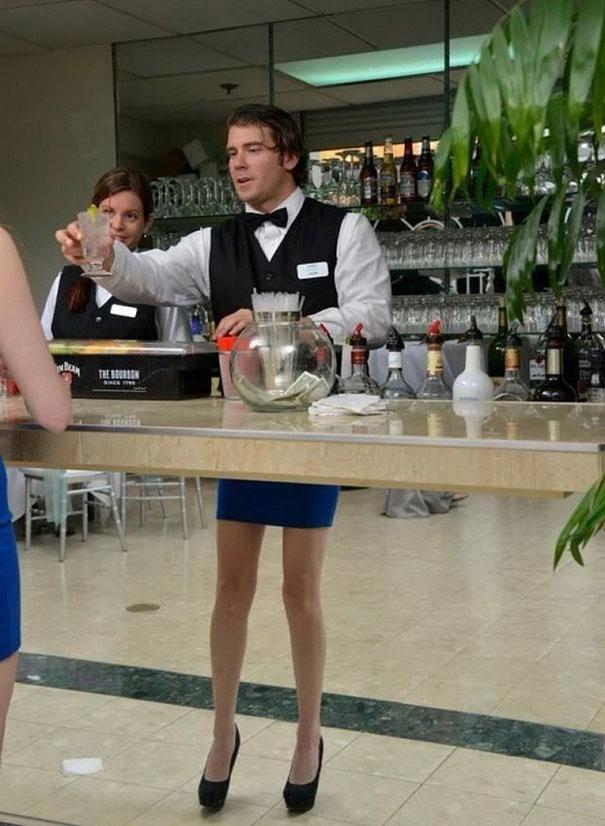 женские ноги у бармена