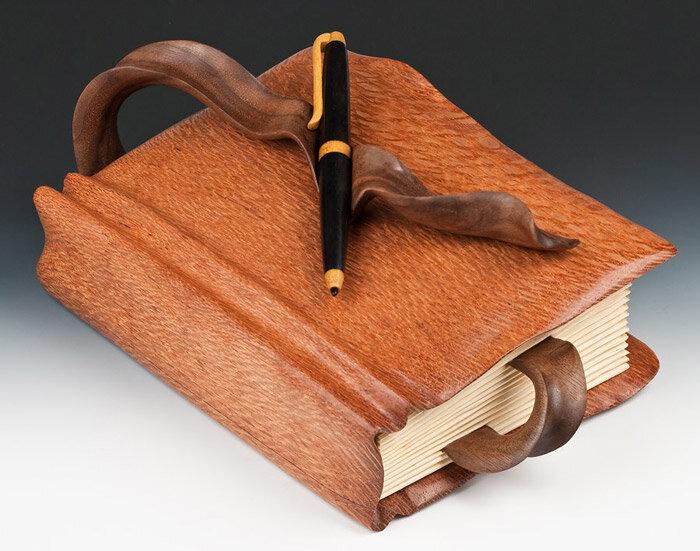 книга и ручка из дерева