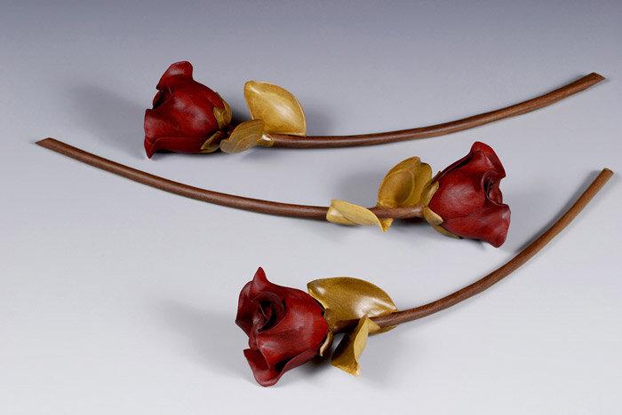 три розы из дерева