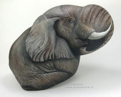 изображение слона на камне