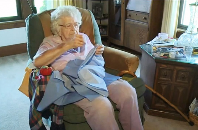 бабушка вяжет