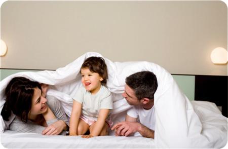 дети, спять в кровати со взрослыми