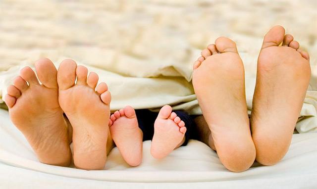 ребенок в постели со взрослыми