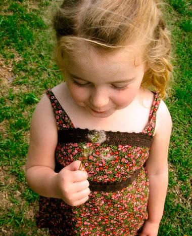 ребенок держит цветок