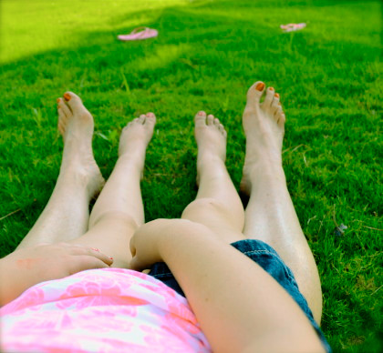 мама и дочь лежат на лужайке