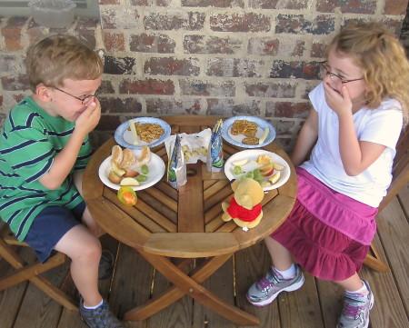 дети за столиком