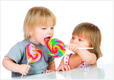 мальчик и девочка едят конфеты