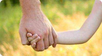 рука взрослого и ребенка