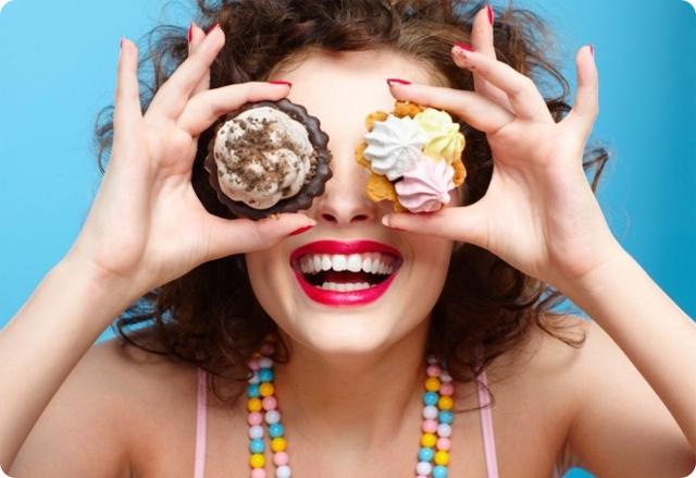 девушка и пирожные