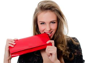 девушка с кошельком красного цвета
