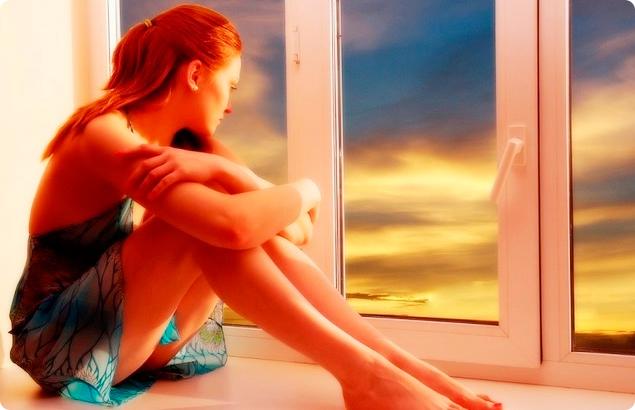 девушка сидит у окна