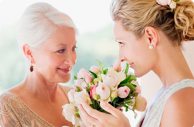 мама и дочь в свадебном платье