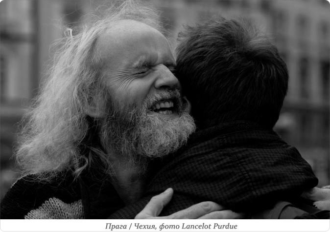 старик обнимает мужчину
