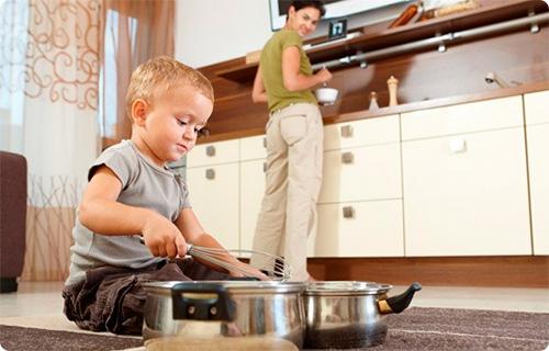 ребенок играет кастрюлями