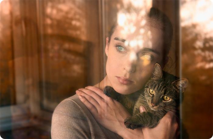 девушка у окна с котом