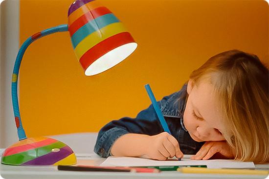 маленькая девочка пишет