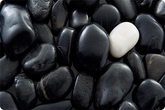 камни черные и белый