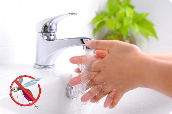 руку под воду от укуса комара
