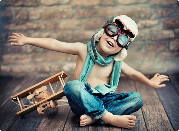 ребенок мечтает о полете на самолете