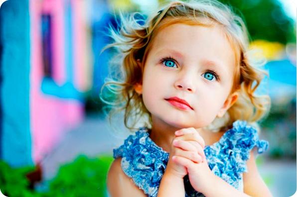 девочка искренне смотрит