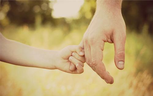 за руку ребенка