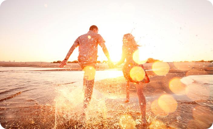 счастливая пара в лучах солнца