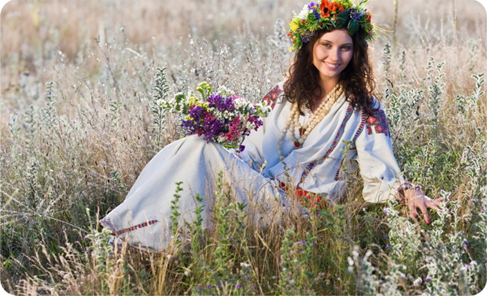 девушка в поле с венком на голове