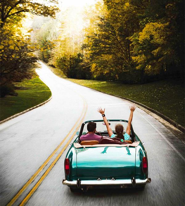пара в автомобиле путешествует