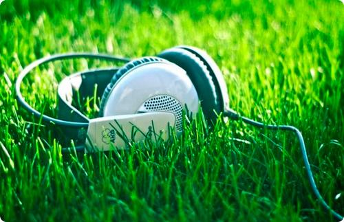 наушники на траве