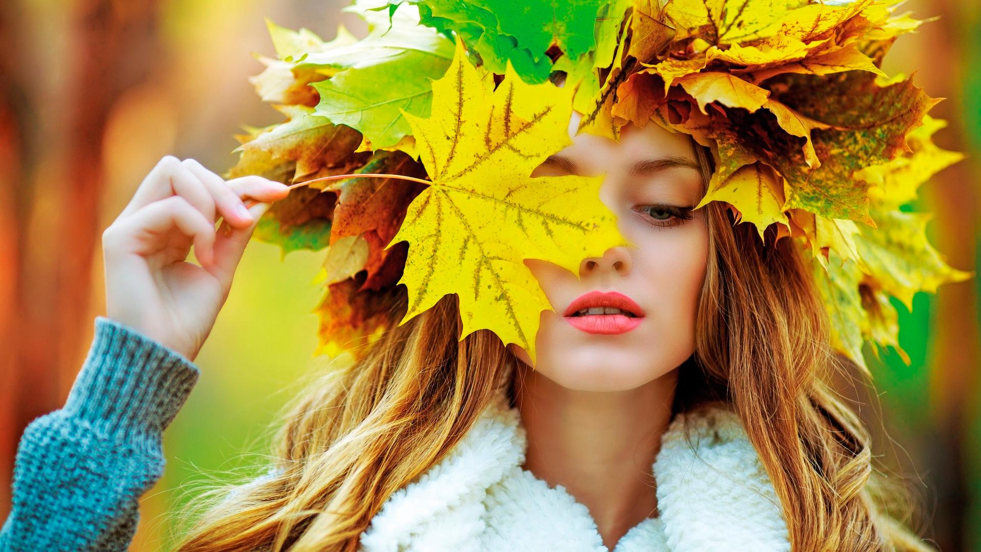 девушка с осенними листьями на голове
