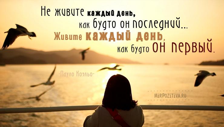 девушка смотрит на закат у воды