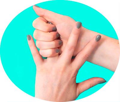 сжать безымянный палец