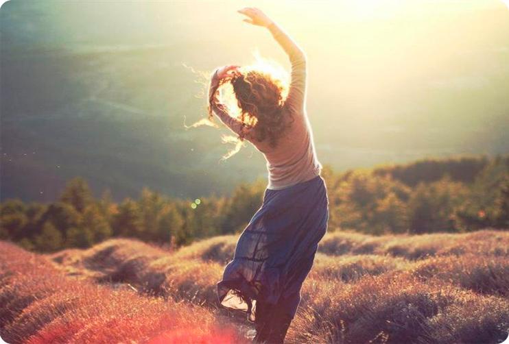 девушка ловит счастье