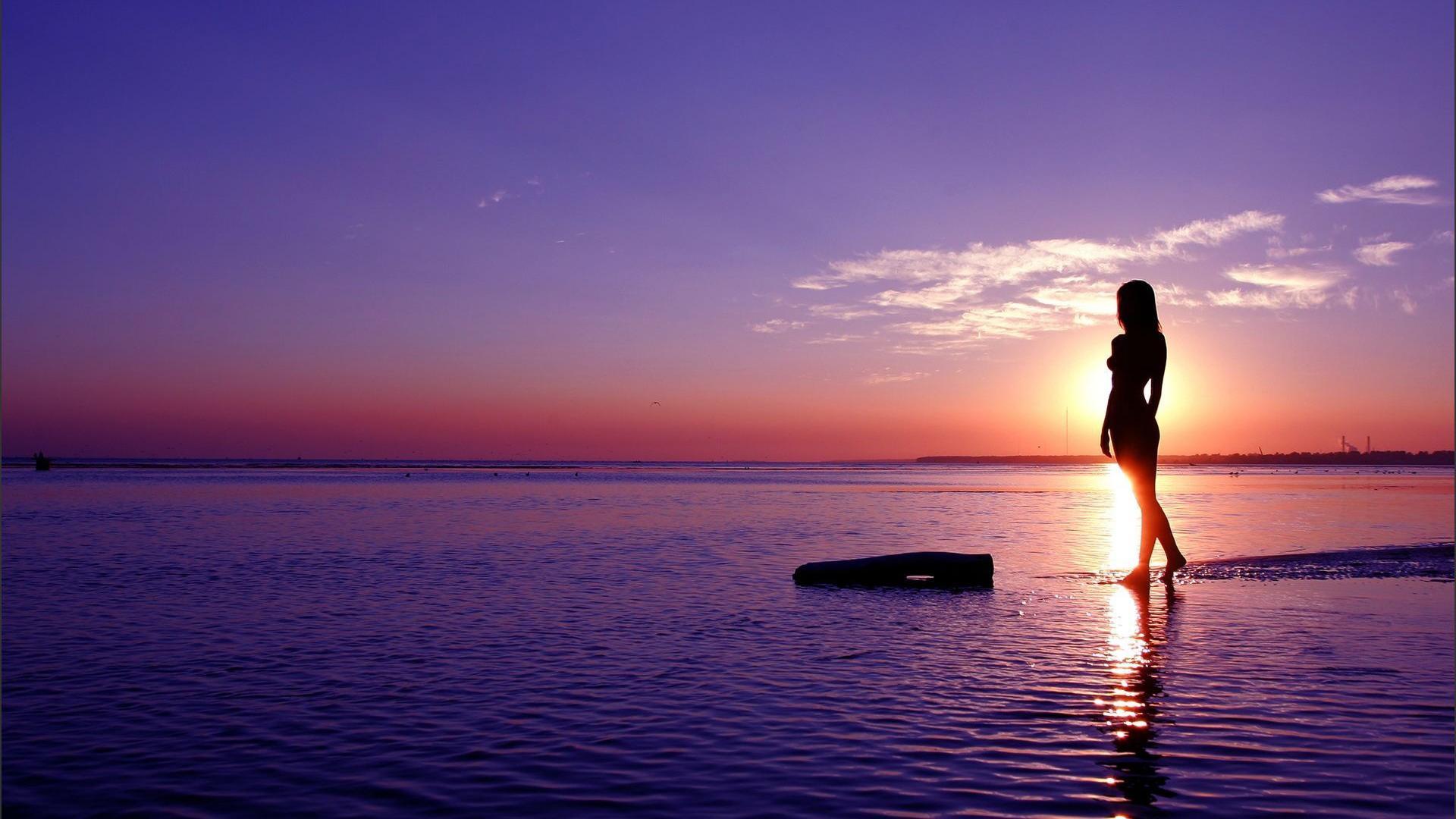 девушка на берегу в закате