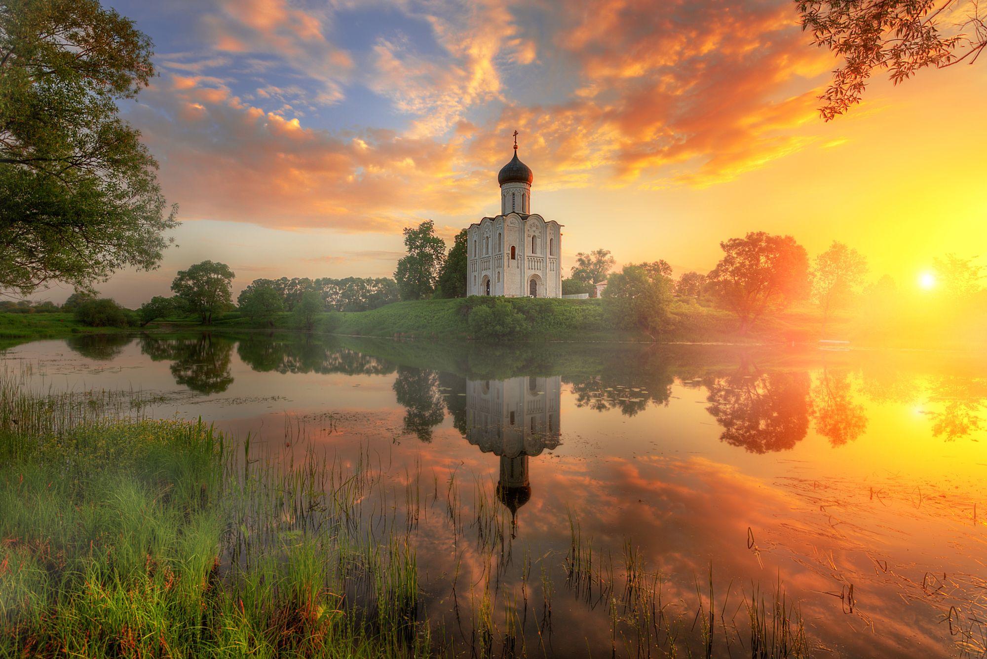 церковь в лучах восхода