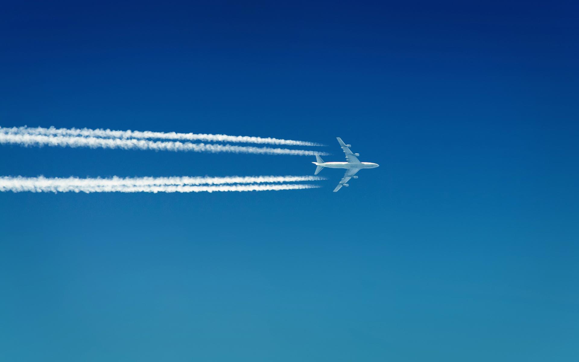 самолет оставляет след