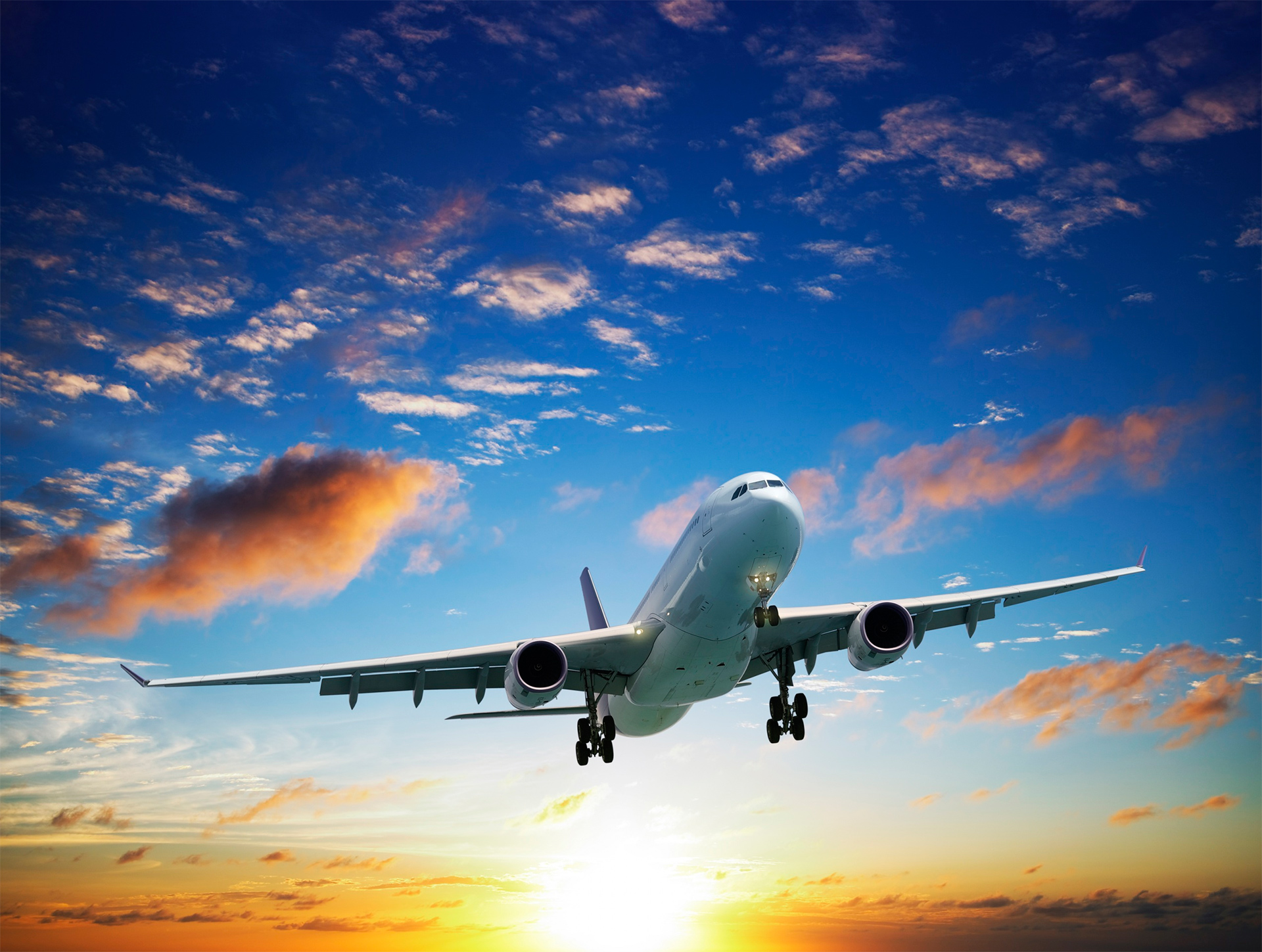 самолет улетает в небо