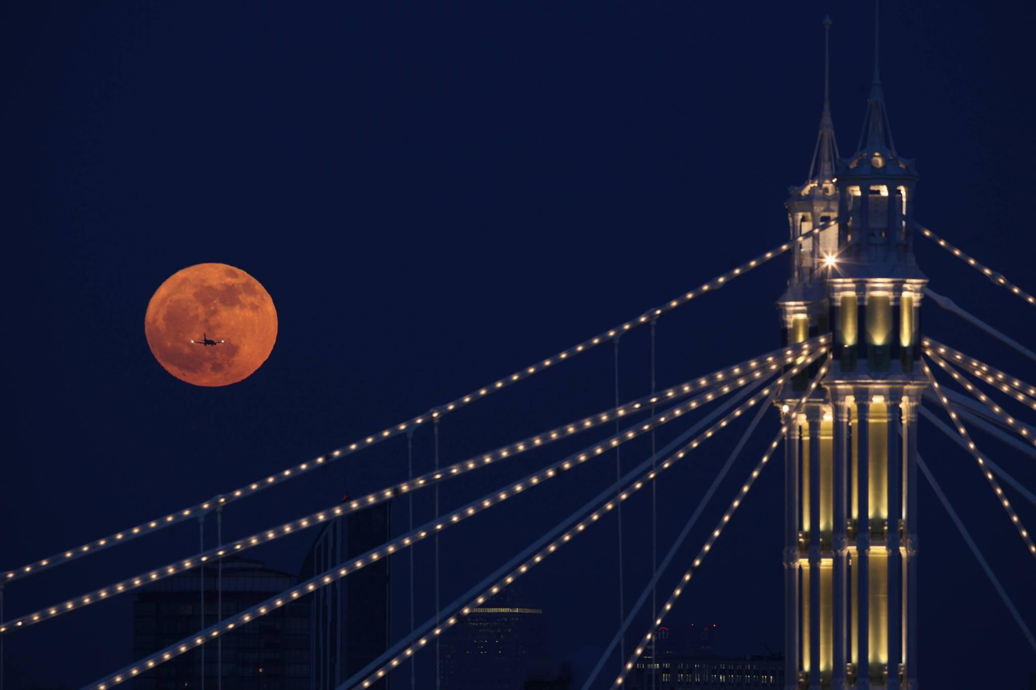 самолет и луна