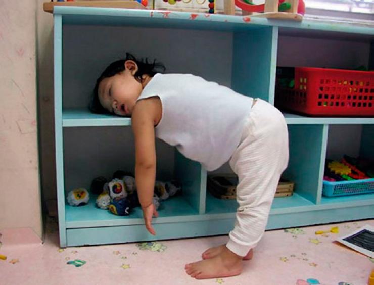 спит стоя малышка