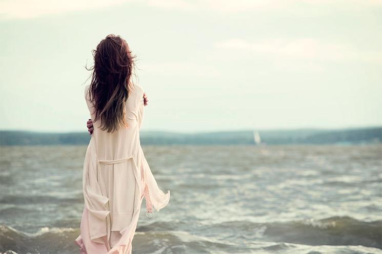 женщина смотрит на море