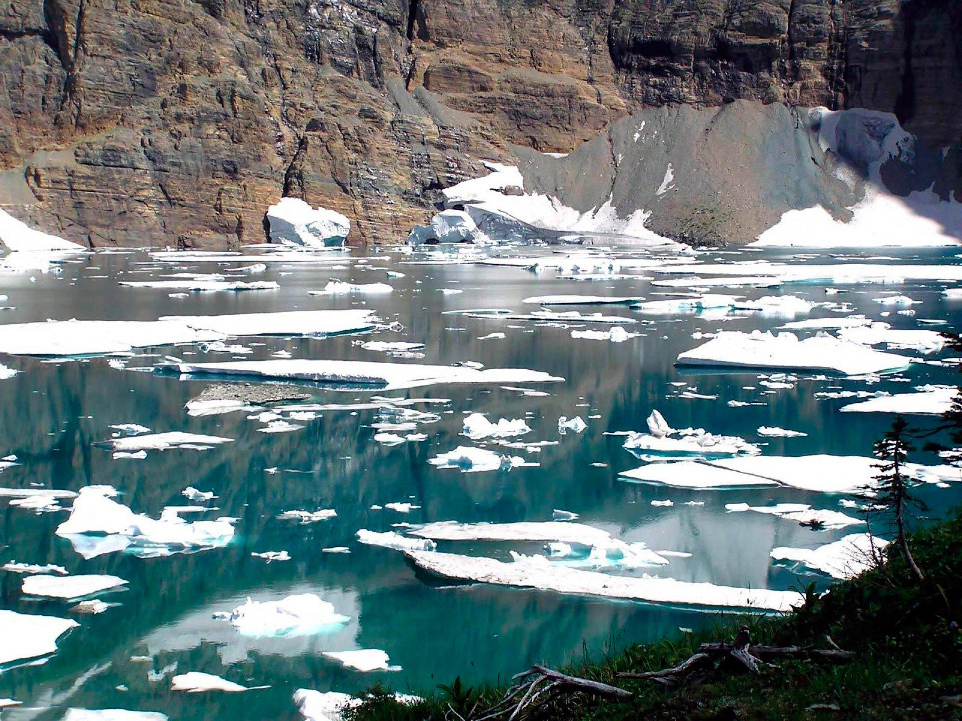 лед на реке в горах
