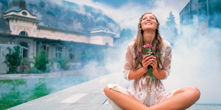 девушка с цветами в руках смотрит на небо
