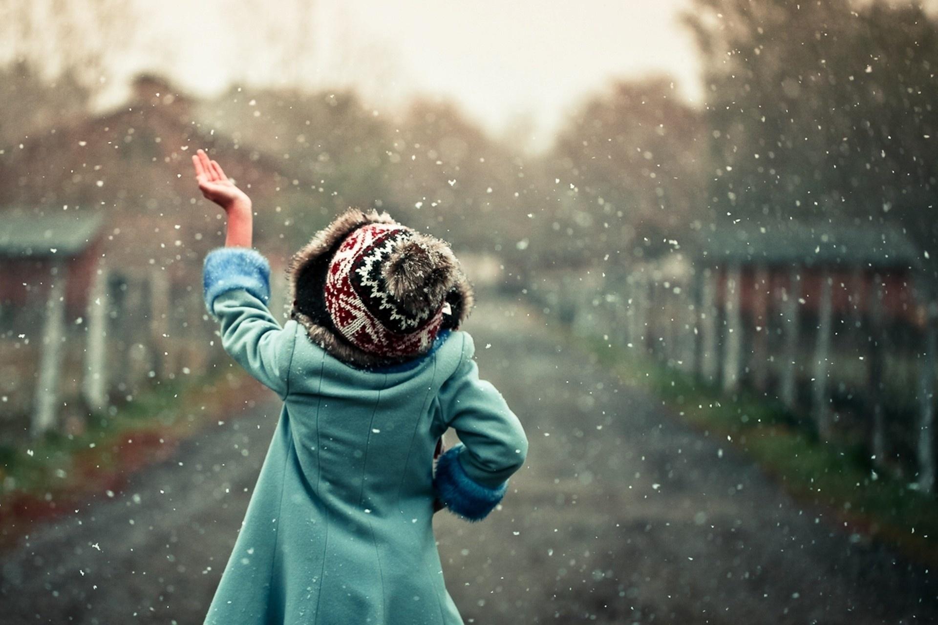 ловит снежинки