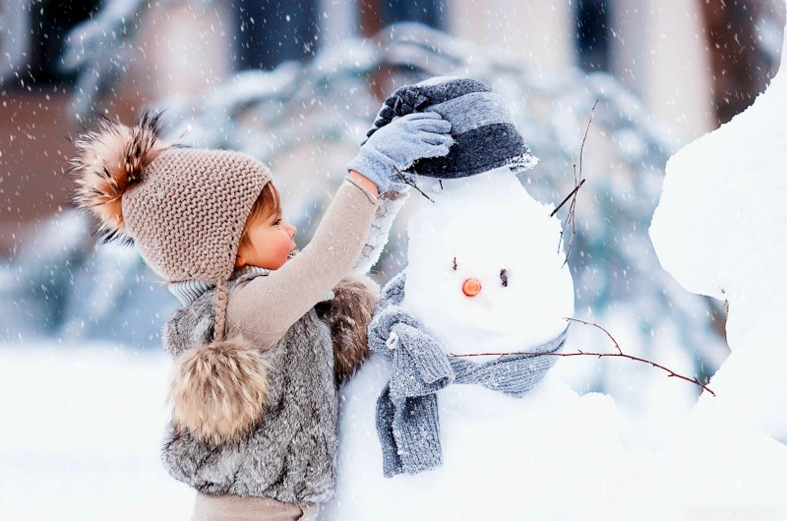лепит снеговика