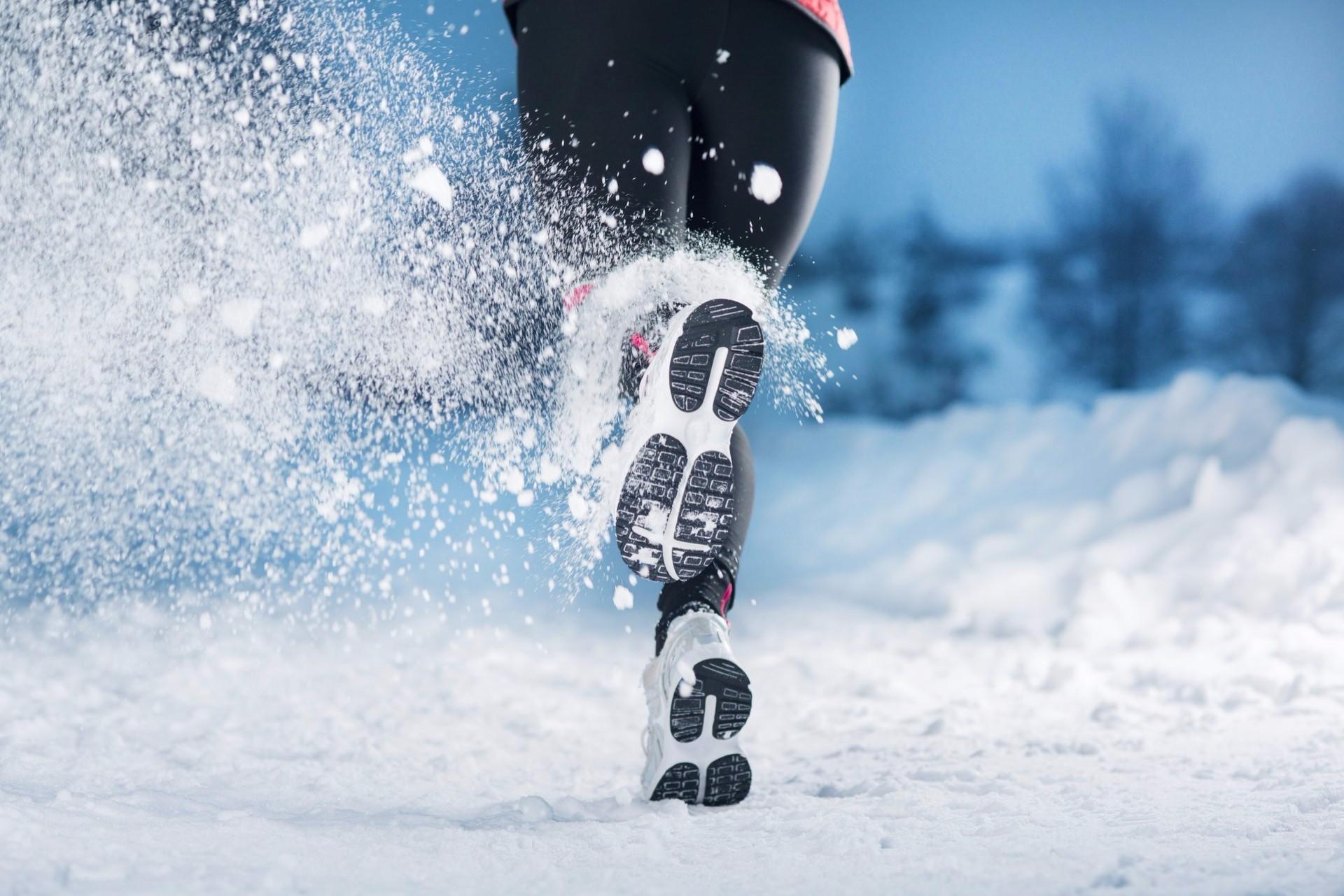 снег бег кроссовки