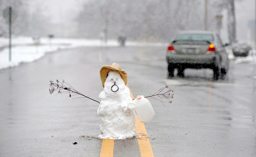 снеговик на дороге