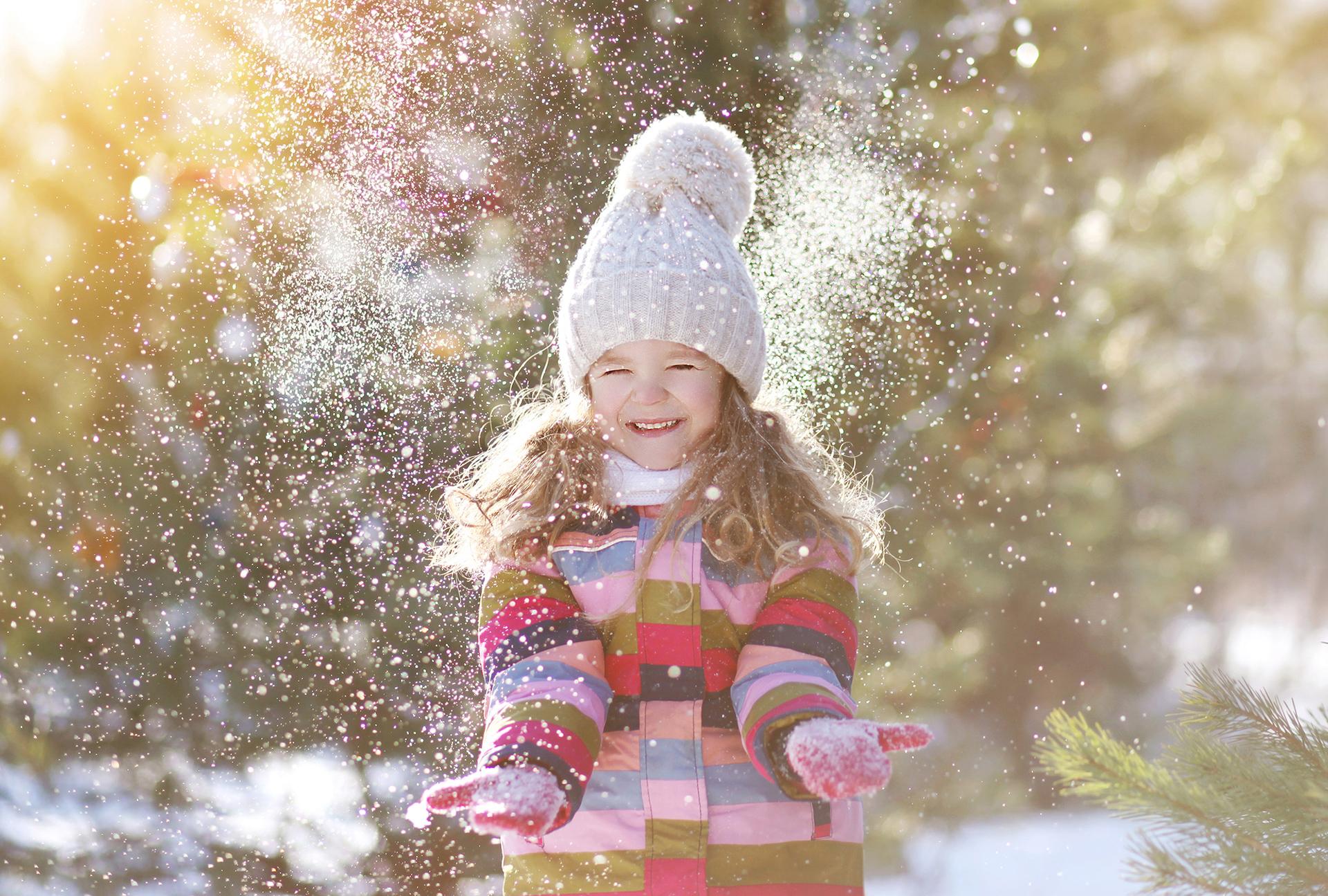 ребенок ловит снег