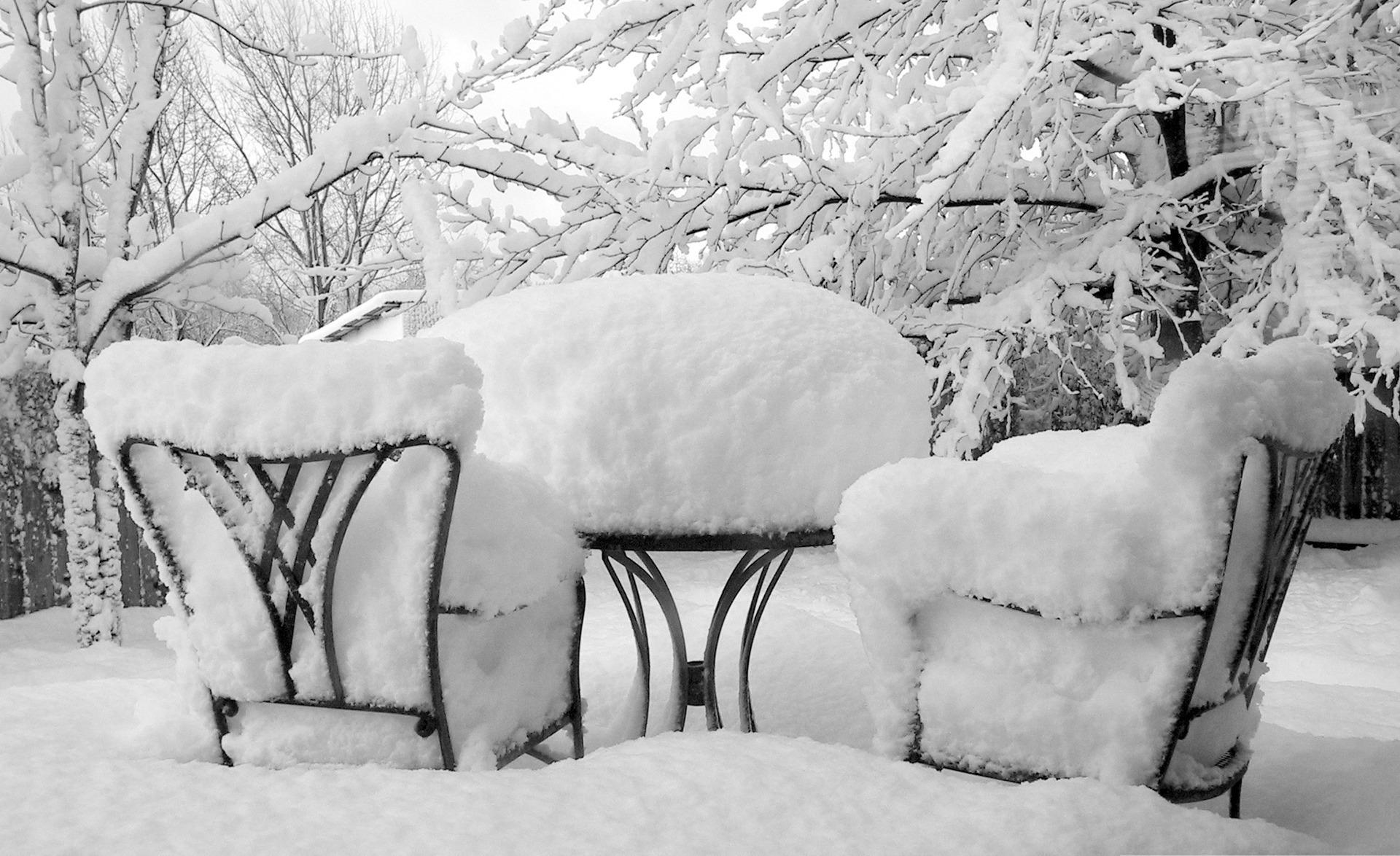 стулья и стол в сугробе снега