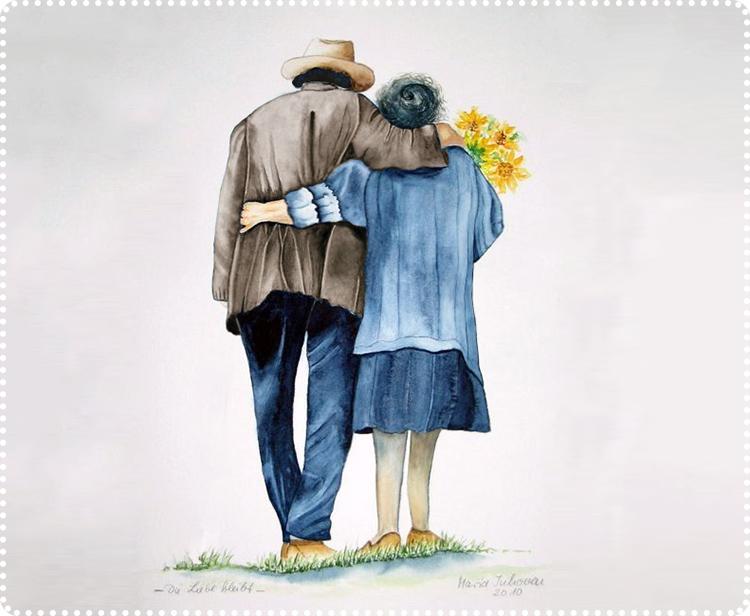мужчина обнимает старушку