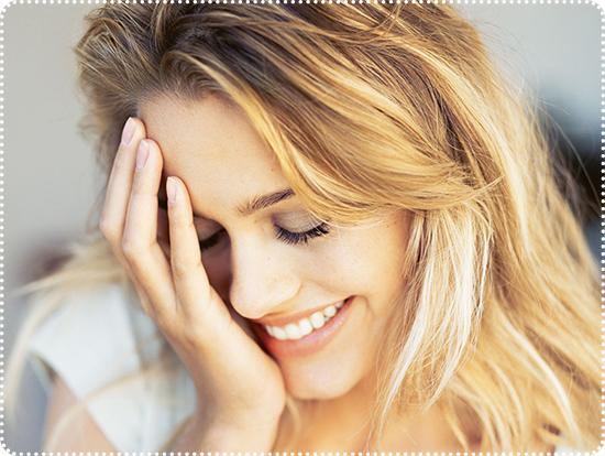 женщина смущается улыбается